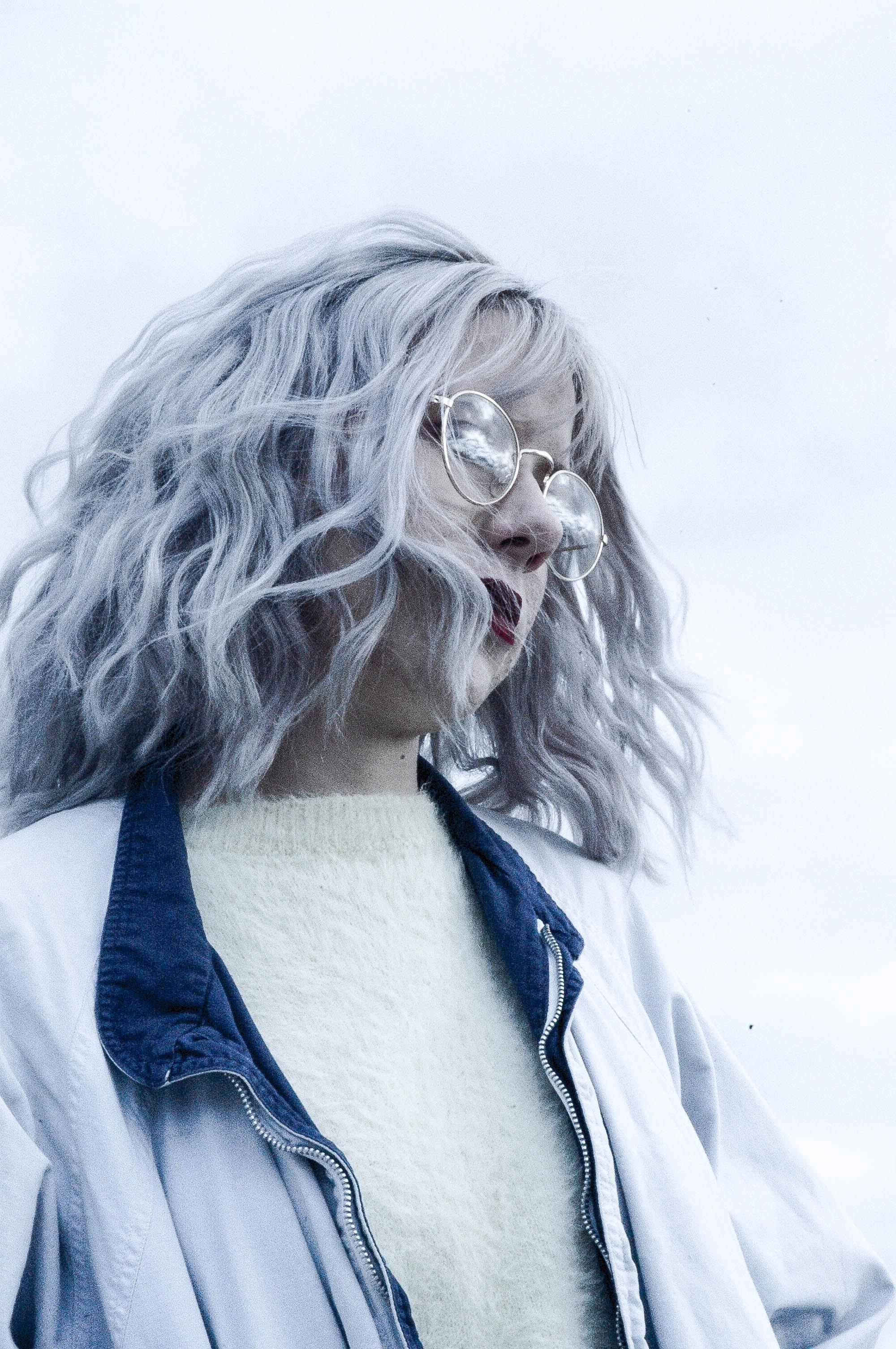 kvinna-som-passar-i-grått-hår
